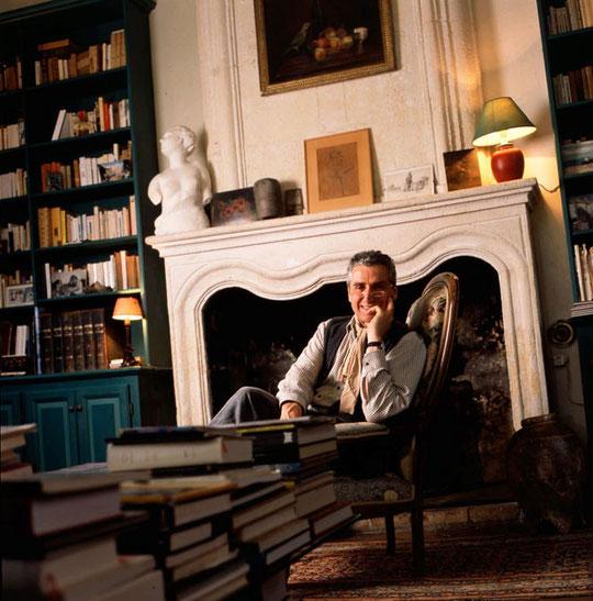 François Mitjaville dans son salon bibliothèque où il accueille ses visiteurs