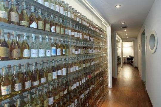 une collection de bouteilles de Romano Levi dans un restaurant de la région