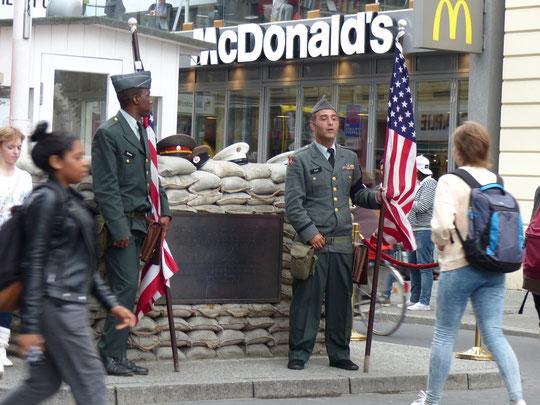 Checkpoint Charlie avec des figurants jouant les GI's qui sont photographiés toute la journée par les touristes