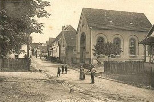 La rue principale de Goersdorf avec à droite la synagogue
