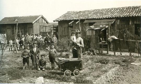 Des habitants des baraques de Gerland vers 1930