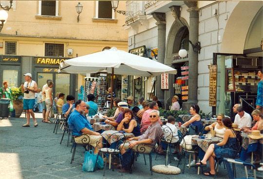 Apéritif sur la place de Amalfi
