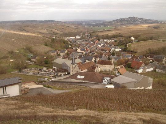 Chavignol dans la cuvette au milieu des vignes, au fond sur sa colline, Sancerre