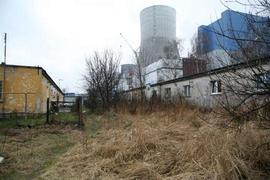 La centrale thermique de Lagischa construite par les déportés-esclaves, à gauche leurs baraques toujours utilisées
