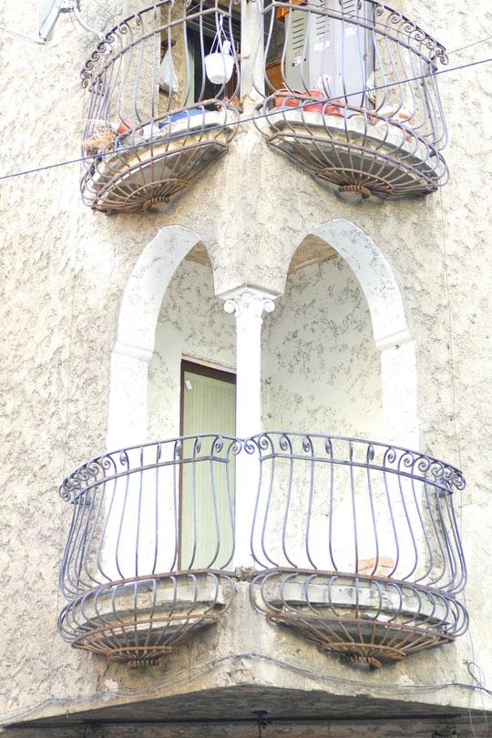 Beau balcon d'un immeuble qui reste à restaurer