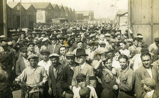 une sortie des ouvriers de Berliet Vénissieux années 1920-1930