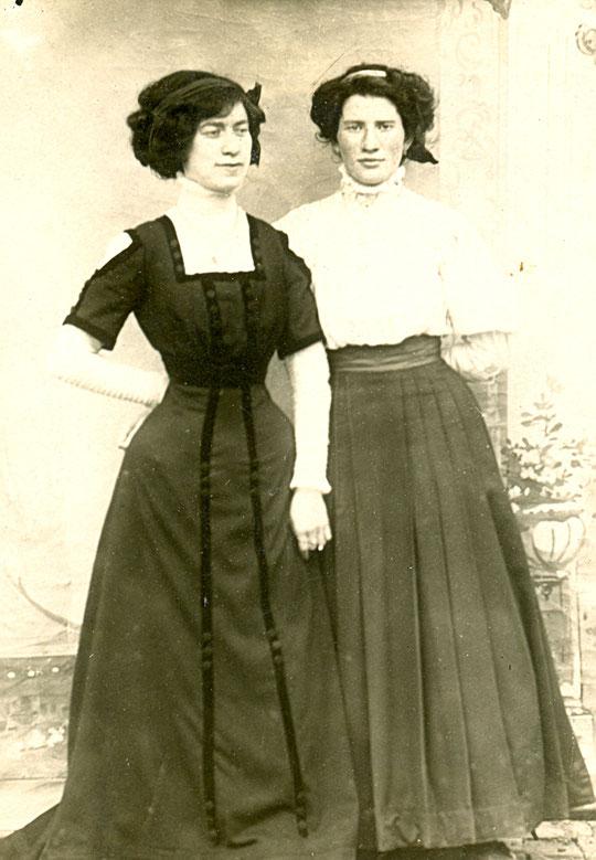 Georgette, en robe noire avec sa sœur Camille