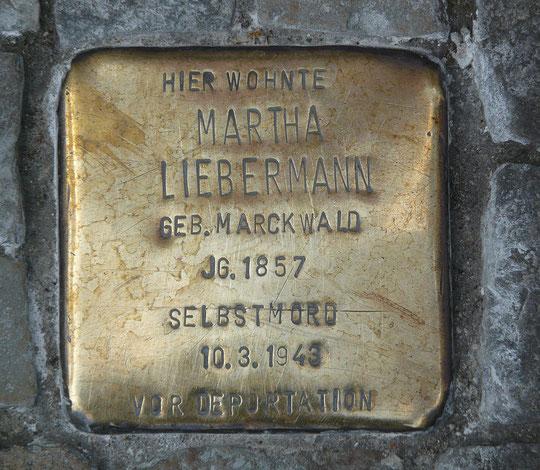 Pariser Platz : Ici vivait Martha Liebermann, née Marckwald en 1857, suicidée le 10 mars 1943 avant d'être déportée. Martha Liebermann était la veuve de Max Liebermann, le plus célèbre peintre impressionniste allemand.