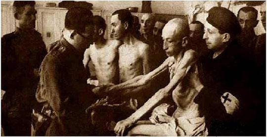Un médecin soviétique examine des déportés à Auschwitz (18 février 1945)
