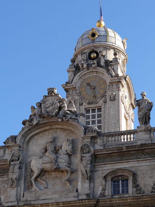 L'Hôtel de ville avec la statue de Henri IV