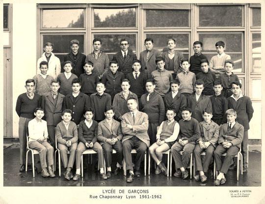 Classe de 4e M4 ; au 2e rang je suis le 6e à partir de la gauche.