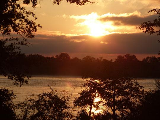 lever du soleil sur le Zambèze depuis notre chambre (photo Annie Bentolila)
