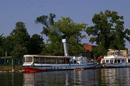 """Das historische Dampfschiff """"Nordstern"""" wird gerade fürs Wochenende angeheizt"""