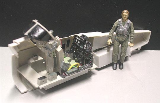 Schlichtes Bausatz-Cockpit mit Sitzgurten aufgewertet