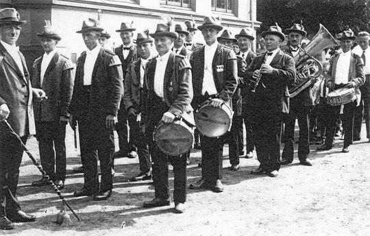 Das Foto zeigt den Spielmannszug 1932 mit Tabourmajor Fritz Pinkenburg.