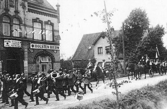 """Schützenumzug vor dem Lokal """"Lindenhof"""" im oberen Moorburg in den 30 Jahren."""