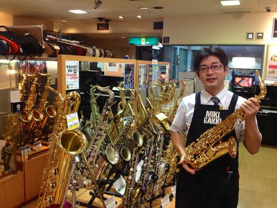 写真を頼んだら、わざわざ楽器を持ってポーズ作ってくださいました。サービス精神あふれる小野さんに感謝。