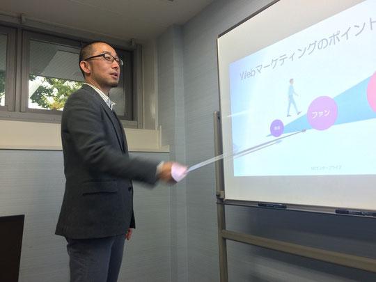 facebookを使ったWebプロモーション担当の尾山さん。自社での実践事例をお持ちです。