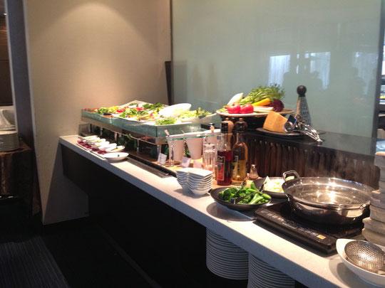 野菜が並んでます。取り放題です。右側に写ってる鍋でブロッコリーなどを「しゃぶしゃぶ」できます。