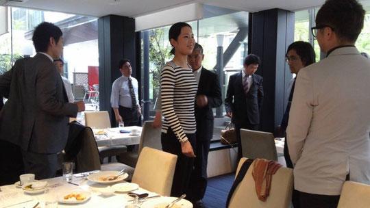 前田友梨さんのセミナー。姿勢が正しいと、女性はより美しく、男性はよりカッコ良く見えますね!