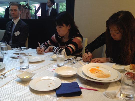 真剣にメモをとる姿も。長谷川孝史さんの話は、子を持つ親にとって心に響く話になったようです。