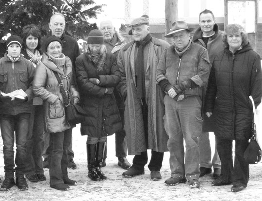Stolpersteinlegung 2010 auf dem Marktplatz: v. l. n. r.: Jonas, Birgit, Barbara, Hans-Joachim, Elisabeth, Klaus, Ulrich, Gunter, Jens und Ute (Foto: Annette Jeschke)