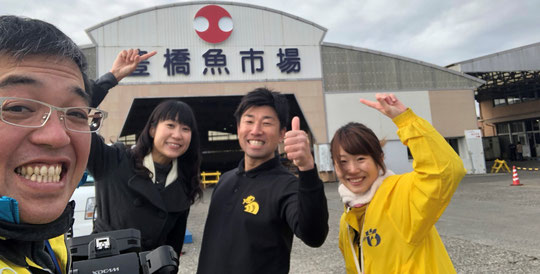 ロケありがとうございました。左から竹中カメラマン・竹内アナ・市場の小林・佐藤AD