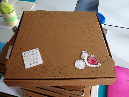 Eine Umgestaltete Pizzabox mit dem Bastelmaterial. Stempel von Lelo und AEH Design