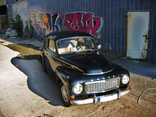 Graffiti Kunst trifft Volvo Design der 40/50 Jahre, aus ca. 2m Höhe fotografiert.