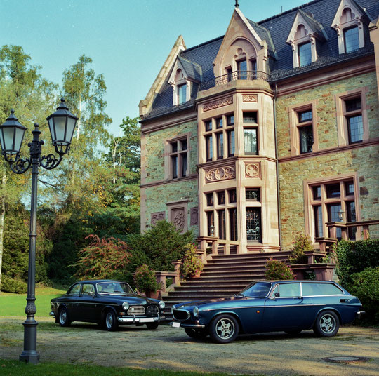 Volvo Amazon  und Volvo P 1800 ES vorm Schlosshotel Rettershof im Tudor-Stil