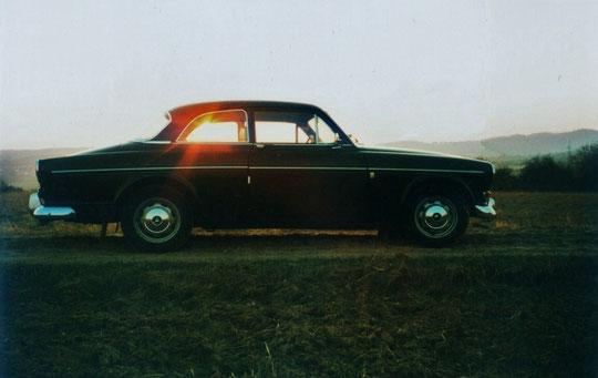 Volvo Amazon gegen die Morgensonne fotografiert.