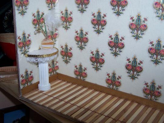 console=bobine de fil peinte en blanc, recouverte d'un demi cercle de polystyrene broderie et vas en perle décors perso    e
