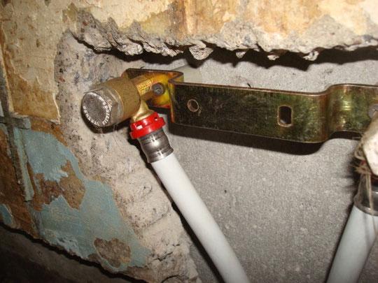 водорозетка для будущего сместителя утопленная в стену