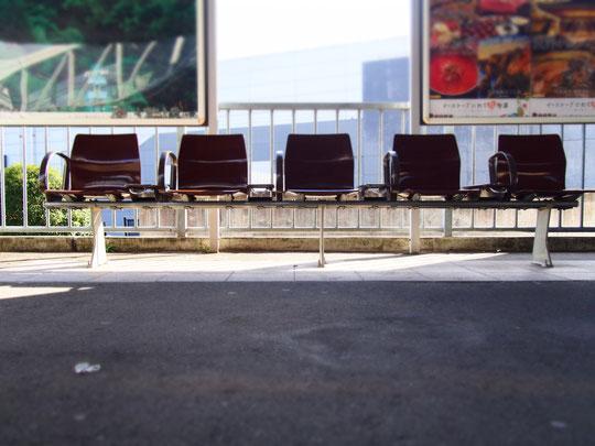 座るべき誰かを待つ椅子。なんですけど、椅子が座っているように見えました。