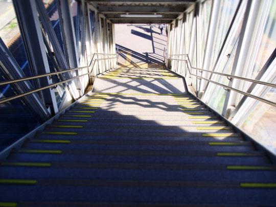 駅の階段。宇宙基地へのゲートみたい。に、思いませんか?