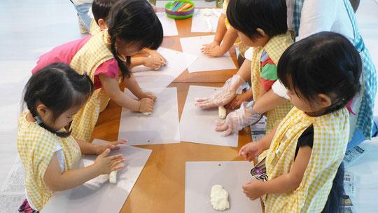 フィオーレコース(2歳児)のモンテッソーリ活動で、日常生活の練習の一環として、月見団子づくりを行いました。