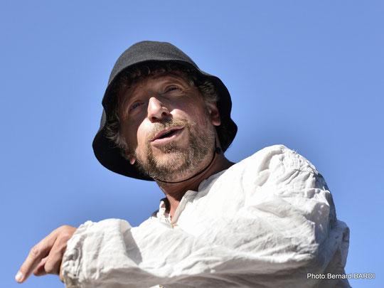 Ugo incarne L'ÉPOPÉE DES GABARIERS.  Avec humour et passion, en calembours et en chansons.  Une balade incontournable