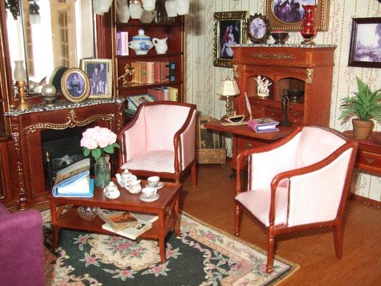 Otra preciosa alfombra de Mati, en negro y rosado, para la sala. Sobre el bureau, el jarrón de cristal y bajo el helecho, el camino de mesa (los dos, obra de Mati, gracias!)