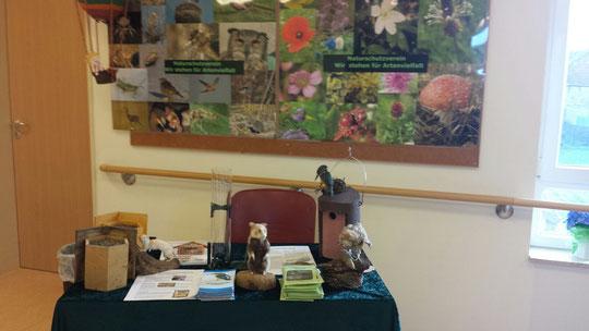 """Vors. Kauer präsentierte an diesem kleinen Info-Stand Allerlei zum Thema """"Artenvielfalt in unserer Region"""" (Foto: Kauer)"""