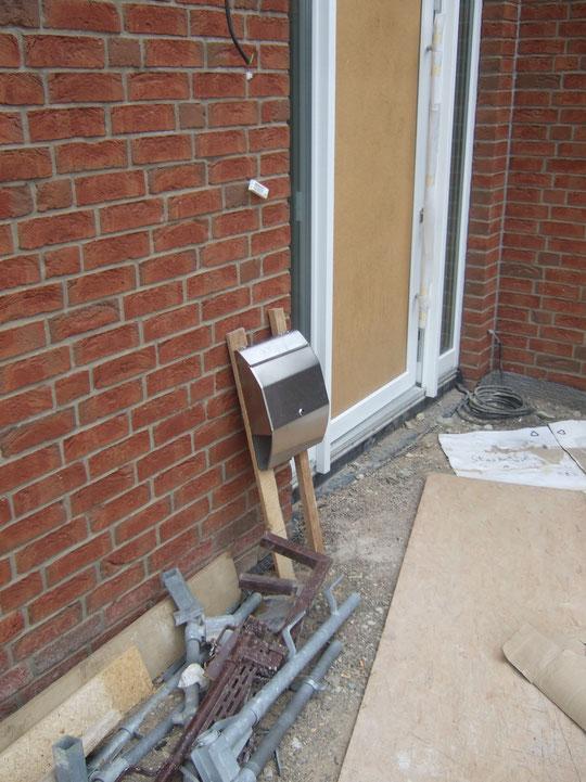 Der Briefkasten steht noch provisorisch in der Einfahrt
