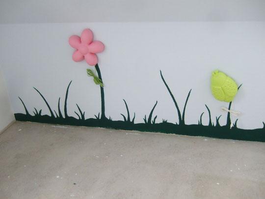 Linke Seite der Wand mit Blume und Käfer