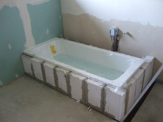 Die Badewanne wurde eingefasst