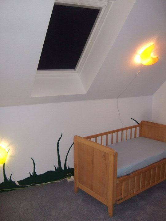 Im Babyzimmer haben wir ein Velux-Verdunklungsrollo angebracht - klasse Teil!