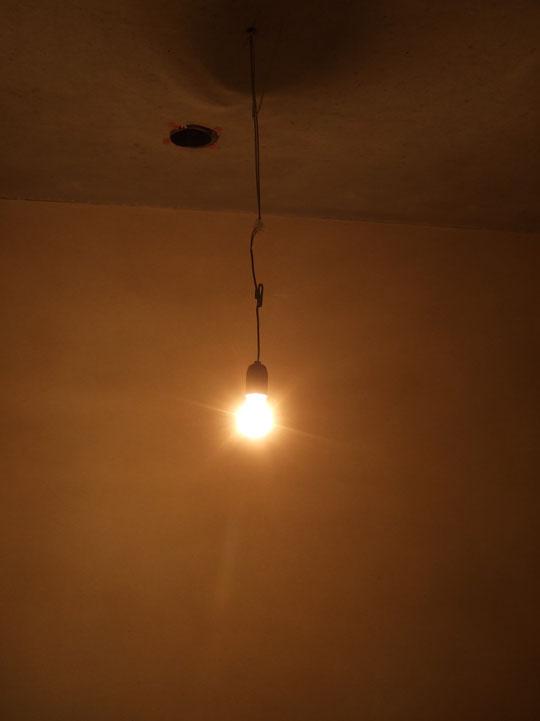 Es werde Licht, wir haben das erste Mal eine Lampe im Haus angemacht!
