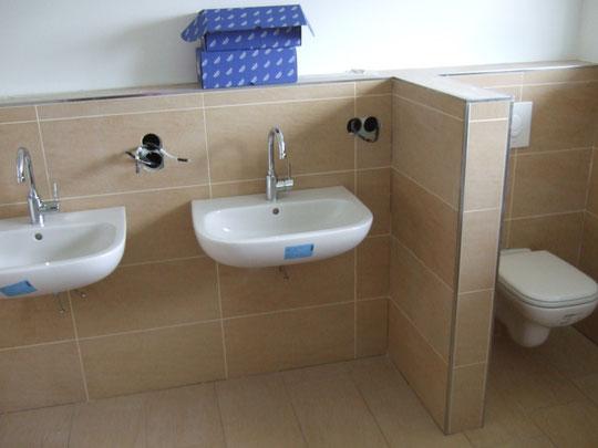 Waschbecken und WC oben