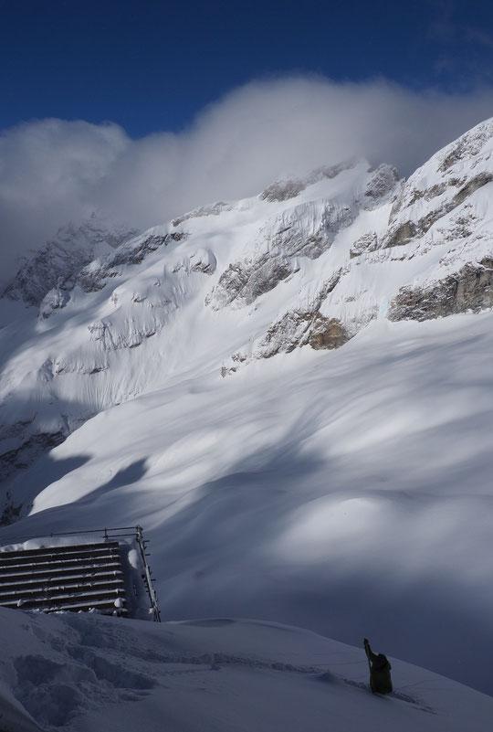Ce matin (9h) je suis sorti juste à coté du refuge pour retrouver la trace de la veille. L'épaisseur du manteau de neige fraîche varie entre 30 et 100cm dans les accumulations. Jamais je n'ai vu le vallon aussi blanc ! D'une beauté incroyable...