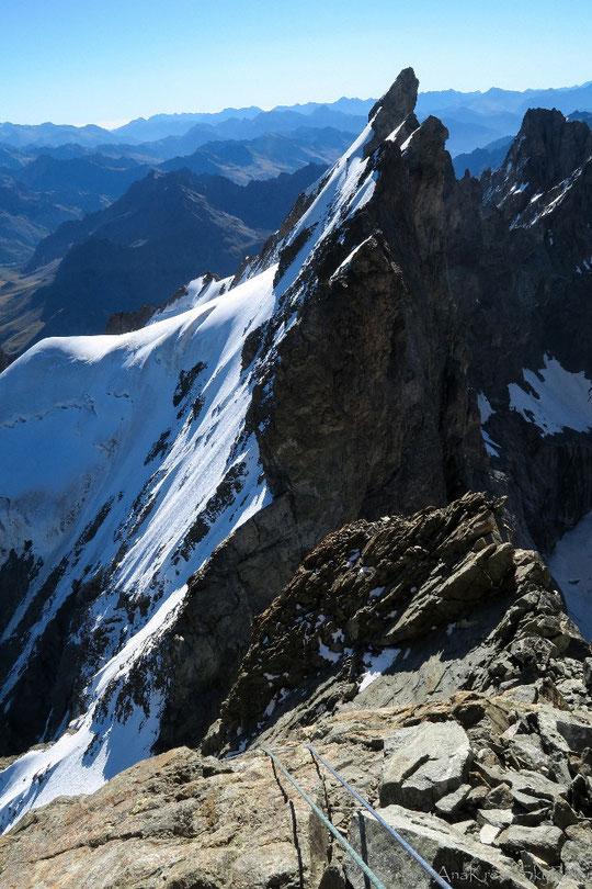 """""""La Chevauchée Fantastique""""... Premier rappel depuis le sommet du Grand Pic de la Meije, vers la Brèche Zsigmondy. Merci Patrick JeanDidier pour la photo prise le 23 août."""
