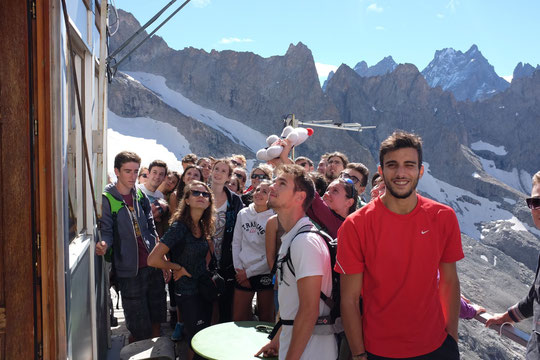 Après avoir passé la nuit au refuge du Chatelleret, 35 étudiants de la faculté de médecine de Grenoble sont montés hier midi, rendre visite au Promontoire et à la Meije.
