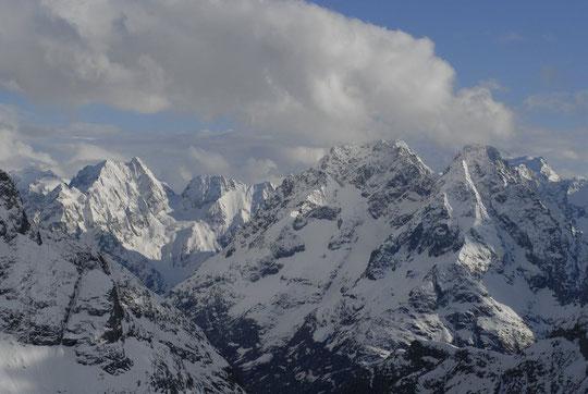 Photo prise jeudi 3 mai en soirée depuis le Promontoire, les sommets de l'Oisans ont encore leurs habits d'hiver...