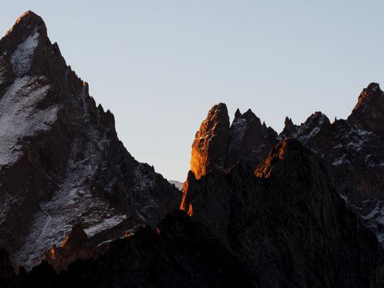 7h10 le soleil arrive sur les sommets de l'Oisans. Dans le creux de la bréche entre la Grande Ruine (à gauche) et la Tour Choisy (à droite) c'est le sommet de la Barre des Ecrins (Coucou à Jeff et Joce les gardiens qui eux aussi quittent leur refuge...).